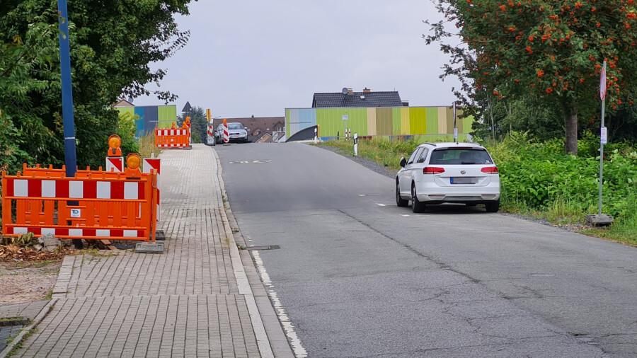 Der Gehweg auf der linken Seite der Brücke Kurze Straße muss für die Straßenlaternen im Bereich der neuen Brücke über die B1 wieder geöffnet werden. Der Straßenverkehr auf der Kurzen Straße wird durch Baustellenampeln geregelt. (Foto: P. Gräber - Emscherblog)