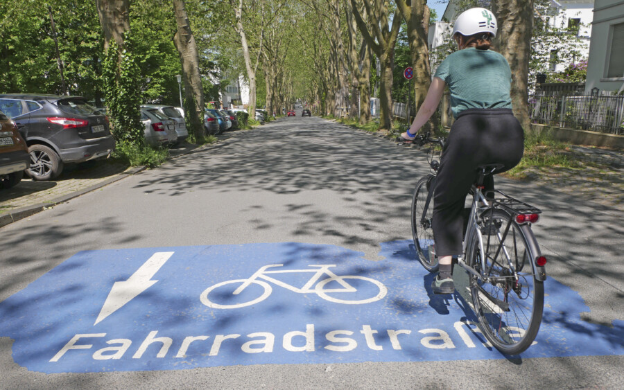 Das Radverkehrskonzept des Kreises Unna ist beschlossen. Das Radwegenetz soll weiter ausgebaut werden. dazu gehören auch Fahrradstraßen wie hier die Platanenallee in Unna. (Foto: Birgit Kalle – Kreis Unna)