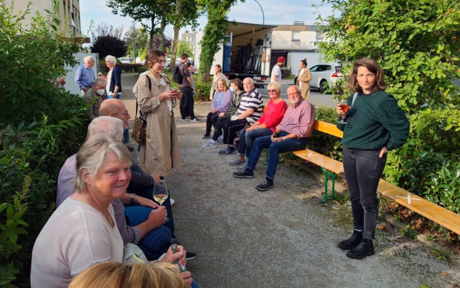 Bedankte sich mit ihrem Filmteam für die Unterstützung mit einem kleinen Umtrunk: Regisseurin Tanja Egen (re.) im Gespräch mit den Nachbarn in der Münchener Allee. (Foto: P. Gräber - Emscherblog)
