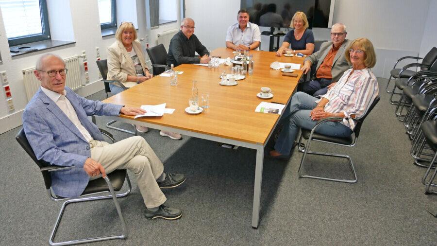 Landrat Mario Löhr (hinten links) empfing den Vorsitzenden der KSK, Rolf Schwerdt (hinten rechts), und die Vorstandsmitglieder Ursula Bergmann (rechts) und Ernst-Dieter Standop (vorne). Dabei waren auch Angelika Chur (links), Vorsitzende des Kreisausschusses für Arbeit, Soziales, Inklusion, Familie, sowie Sozialplaner Hans Zakel (links) und Katja Sträde, die sich ebenfalls für Kreissenioren engagiert (hinten rechts). (Foto: Max Rolke – Kreis Unna)