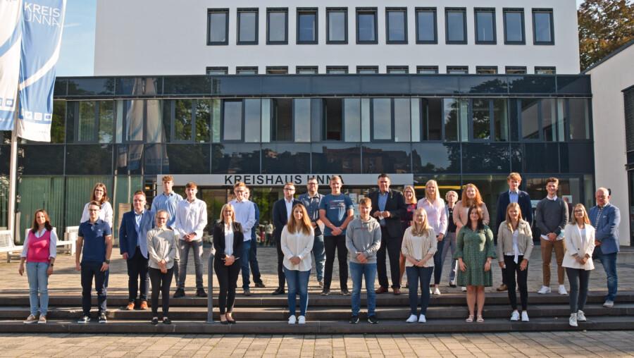Landrat Mario Löhr begrüßte mit anderen Verantwortlichen der Kreisverwaltung die neuen Auszubildenden der Kreisverwaltung. (Foto: Anita Lehrke - Kreis Unna)