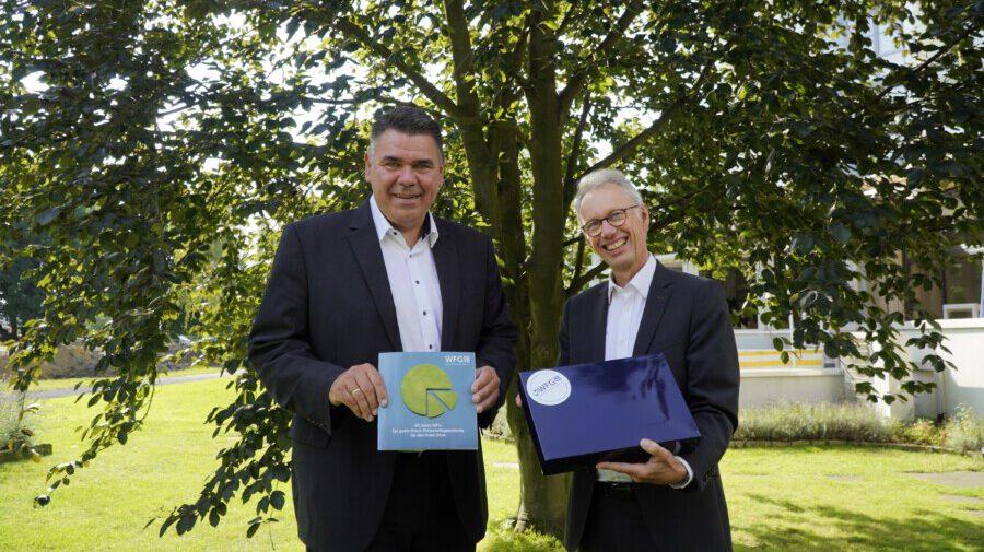 Landrat und WFG-Aufsichtsratsvorsitzender Mario Löhr (links) und WFG-Geschäftsführer Dr. Michael Dannebom gratulieren der WFG zum Geburtstag. (Foto: Lisa Rubbert, WFG)
