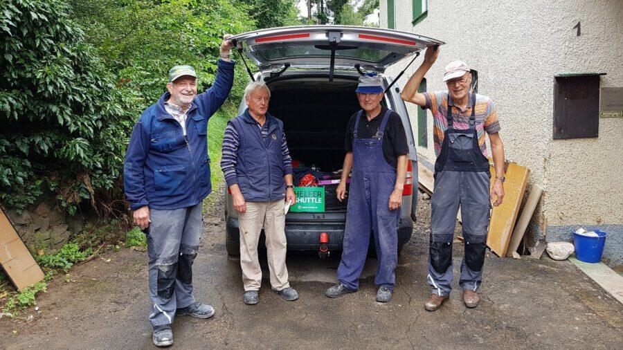 Spontaner Arbeitseinsatz in Fuchshofen, einem kleinen Ort in der von der Flutkatastrophe betroffenen Region Ahrtal, v.li.: Gunther Siepmann, Emil Schwarz, Dieter Bertz und Ulrich Fehre. (Foto: privat)