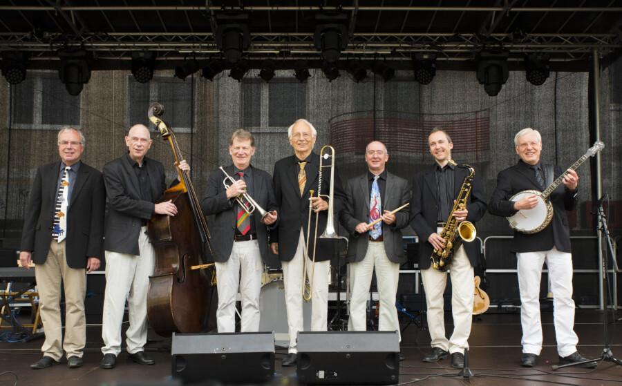 Aufgrund der aktuellen Wetterprognosen treten die Seatown Seven (Foto), das Minetti Quartett und Oliver Jäger in der Scheune auf Haus Opherdicke auf. (Pressefoto: Seatowm Seven)