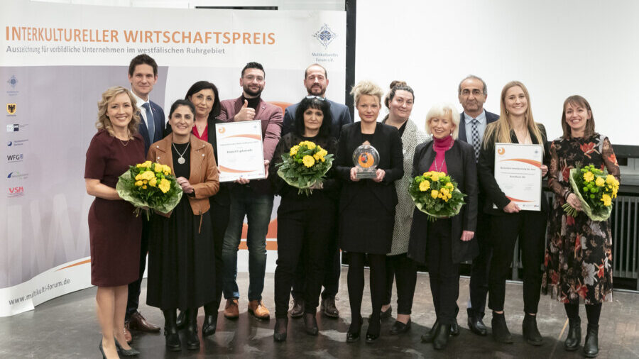 Die Preisträgerinnen und -träger des Jahres 2019 gemeinsam mit den Partnerinnen und Partnern des Interkulturellen Wirtschaftspreises (Foto: Isabella Thiel)