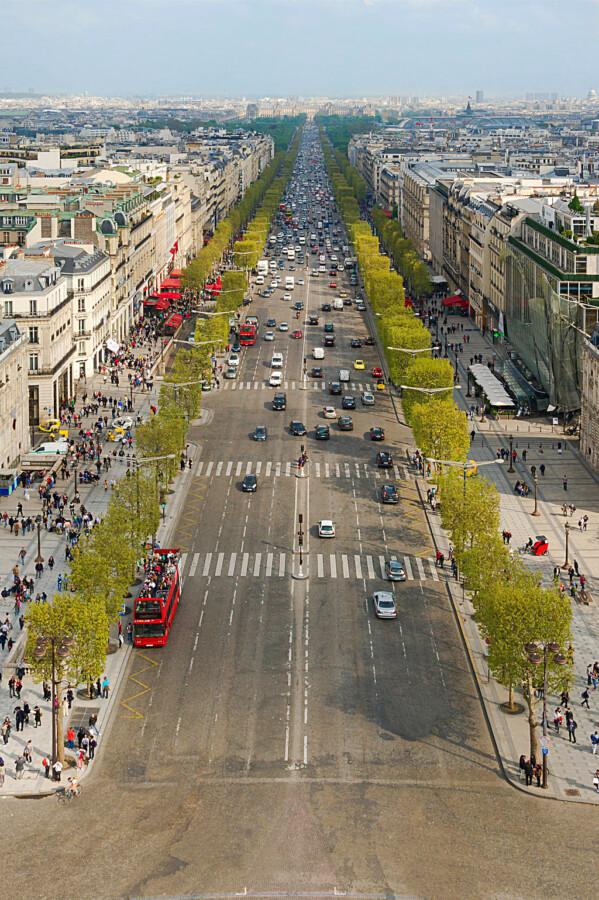 Blick vom Arc de Triomphe auf die Avenue des Champs-Elysees. Die Aufnahme ist datiert auf das Jahr 2013. (Foto: Jebulon - Wikipedia by CC0)