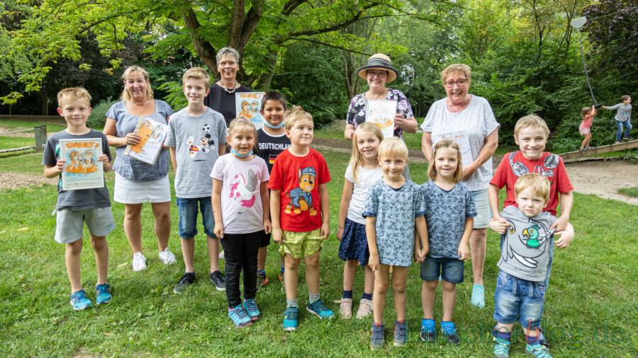 Als Belohnung für die kleinen Spielplatz-Detektive gab es heute im Emscherpark von Stefanie Meier, Bürgermeisterin Ulrike Drossel, Ilka Breker und Barbara Schriek (hintere Reihe, von li.) die Belohnung für ihre Detektivarbeit. (Foto: P. Gräber -  Emscherblog)