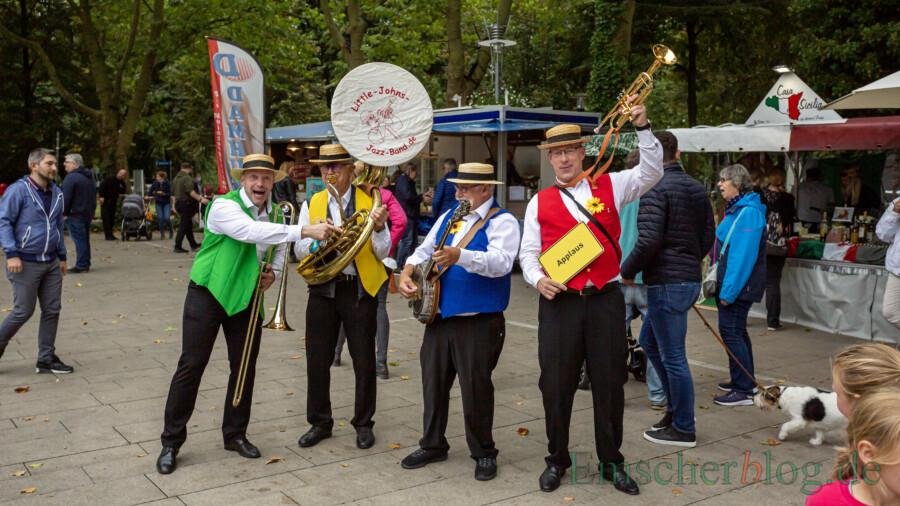 Die vier Musiker der Little Johns Jazz Band sorgten mit guter Laune und einen schier unerschöpflichen Repertoire an Dixi, Swing und Jazz-Evergreens für musikalische Unterhaltung auf dem Holzwickeder Streetfood Markt. (Foto: P. Gräber - Emscherblog)