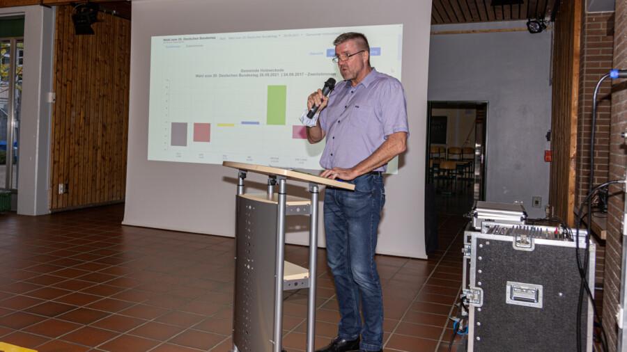 Holzwickedes Beigeordneter Bernd Kasischke präsentierte die einlaufenden Ergebnisse aus den einzelnen Wahlkreisen im Forum. (Foto: P. Gräber - Emscherblog)