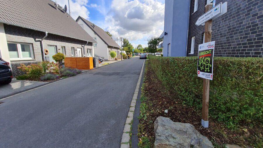 Um dieses Stück der Carolinenallee 5-11 geht es: Die Anwohner wünschen sich eine einfache, pragmatische Lösung zur Verkehrsberuhigung. Die Verwaltung hat den Umbau der Straße für rund 100.000 Euro vorgeschlagen. (Foto: P. Gräber - Emscherblog)