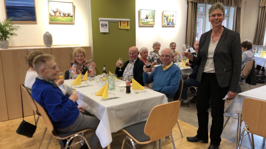 Bürgermeisterin Ulrike Drossel stößt mit den Ehrenamtlichen der Begegnungsstätte bei der jährlichen Dankeschön-Veranstaltung an. (Foto: Gemeinde Holzwickede)