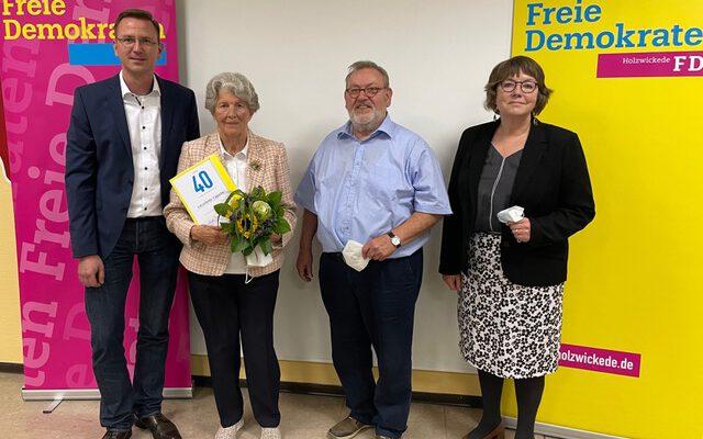 Lieselotte Capelle (2.v.li.) wurde für langjährige Mitgliedschaft in der FDP von den beiden Vorsitzenden Lars Berger (li.) und Fritz Bernhardt sowie Geschäftsführerin Ute Hake geehrt. (Foto: FDP Holzwickede)