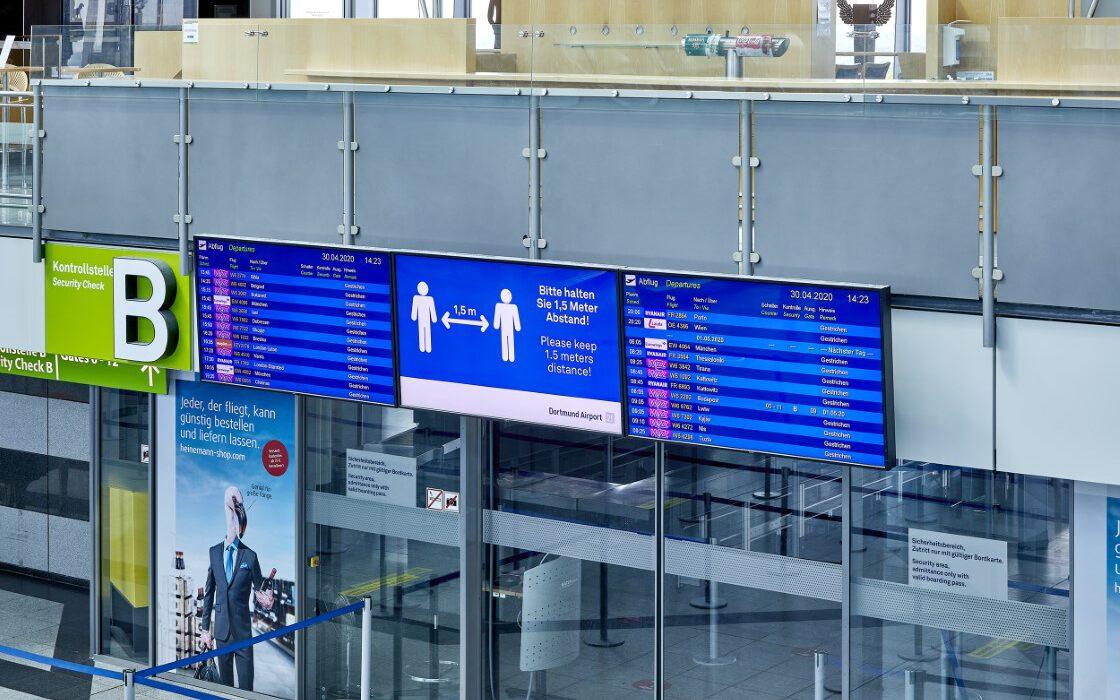 Der Flughafen Dortmund erholt sich am schnellsten von der Krise des Luftverkehrs: Corona-Maßnahmen im Terminal mit Hinweisen für Passagiere und Sicherheitsvorkehrungen für Mitarbeiter. (Foto: Dortmund Airpo ert)