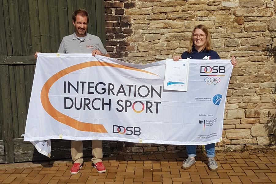 Björn Hebbeler, Mitarbeiter des KSB Unna, überreicht Jessica Neuhaus vom Verein MiMa Sports e.V. die Urkunde zum Stützpunktverein 2021. (Foto: KSB Unna)