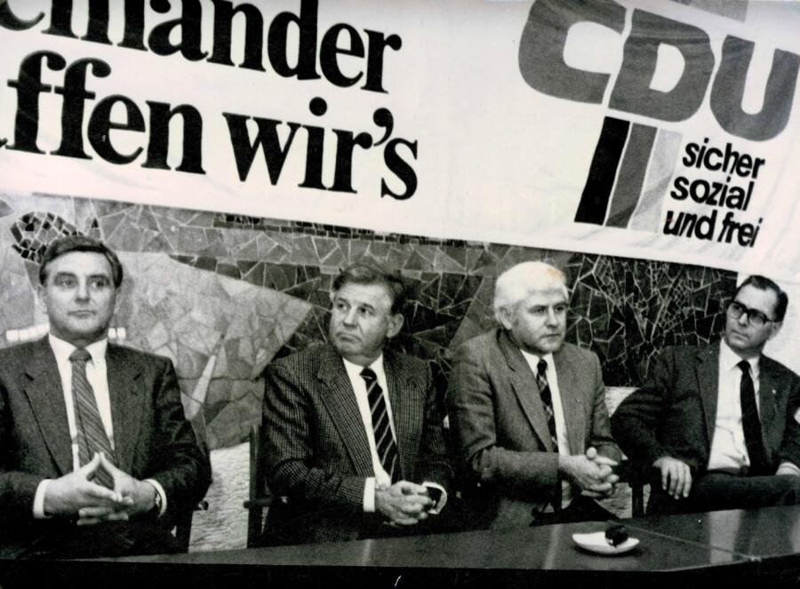 Parteiprominenz in Holzwickede, von li.: Walter Knoche mit Kurt Biedenkopf, dem später Ministerpräsident von Sachsen, Richard Heinzel und Berthold Zumbusch. (Foto: CDU Archiv)