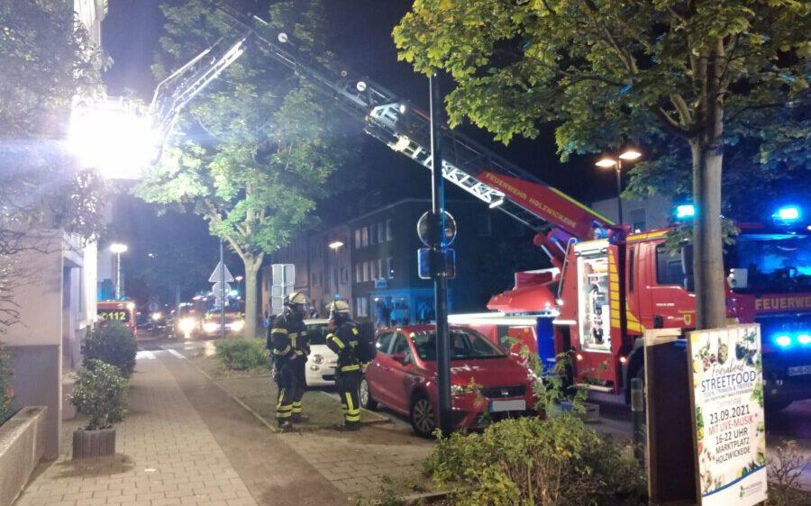 Freitagabend (17.9.) gegen 21.30 Uhr rückte die Freiwillige Feuerwehr der Gemeinde zur Nordstraße aus, weil der Rauchmelder in der Wohnung eines Gebäudes neben der Nordschule ausgelöst hatte. Gebrannt hat es in der Wohnung glücklicherweise nicht. (Foto: F. Brockbals - Emscherblog)