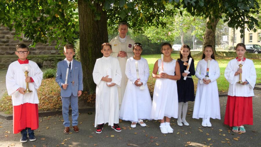 Die zweite Gruppe der Kinder, die am Samstag (18.9.) ihre Erstkommunion empfingen, mit Pfarrer Bernhard Middelanis und zwei Messdienern. (Foto: privat)