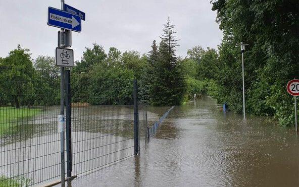 Der Starkregen sorgte am 14. Juli für eine Überflutung des  Krummen Weges. Welche Gegenmaßnahmen die Gemeinde ergreifen will, war Thema im Planungs- und Bauausschuss gestern.  (Foto; Gemeinde Holzwickede)