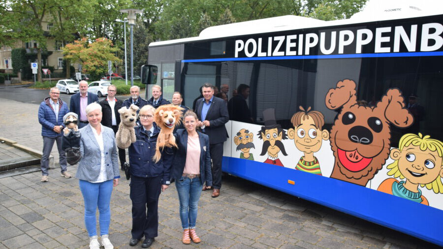 Das Team vor dem Puppenbus. (Foto: Max Rolke – Kreis Unna)