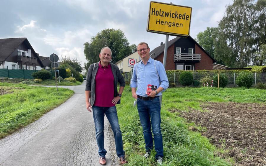 Die ganze Arbeit und Mühe im Wahlkampf hat sich für die SPD gelohnt: der Hengsener Ortsvorsteher Volker Schütte (li.) mit SPD-Direktkandidat Oliver Kaczmarek, der mit einem überzeugenden Ergebnis wieder in den Bundestag gewählt wurde. (Foto: privat)