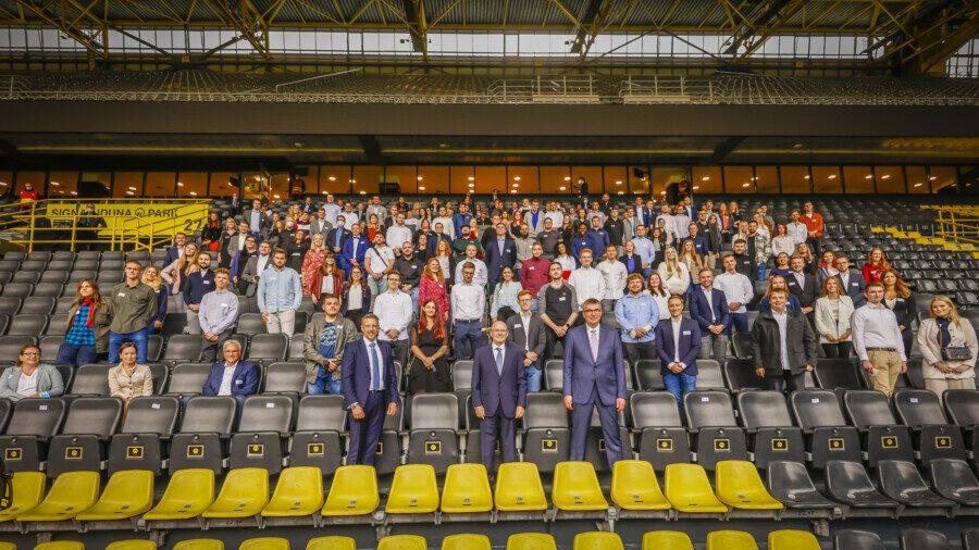 Gruppenbild mit den besten Auszubildenden aus der Region bei IHK-Ehrung gestern im Signal Iduna Park. (Foto:  Stephan Schütze - IHK)