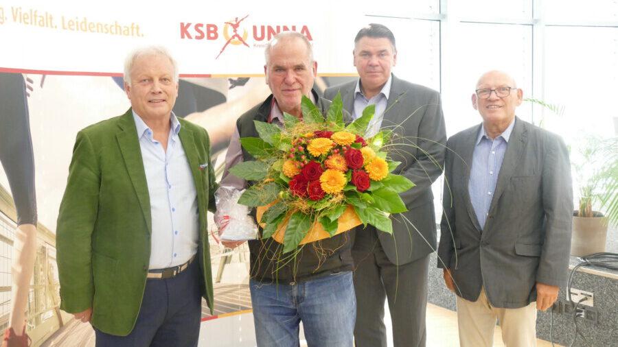 Jürgen Korvin wurde ebenfalls verabschiedet, von li.: KSB-Vorsitzender Klaus Stindt, Jürgen Korvin, Landrat Mario Löhr, Manfred Wiedemann. (Foto: KSB Unna)