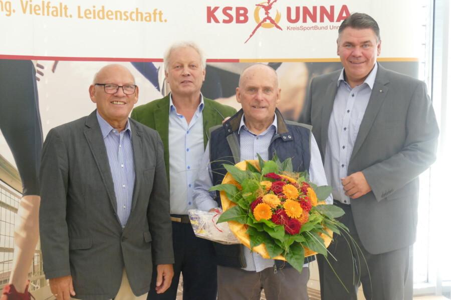 Verabschiedung des langjährigen Vorstand Lehre und Qualifizierung, von li.: Manfred Wiedemann (Stellv. Bürgermeister Kamen),, Klaus Stindt (KSB-Vorsitzender), Wolfgang Friese, Mario Löhr (Landrat). (Foto: KSB Unna)