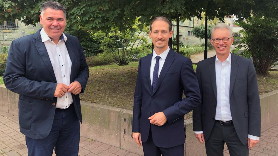 Von links: Landrat Mario Löhr mit den neuen Geschäftsführer Sascha Dorday und Dr. Michael Dannebom. (Foto: Anika Wetzlar WFG)
