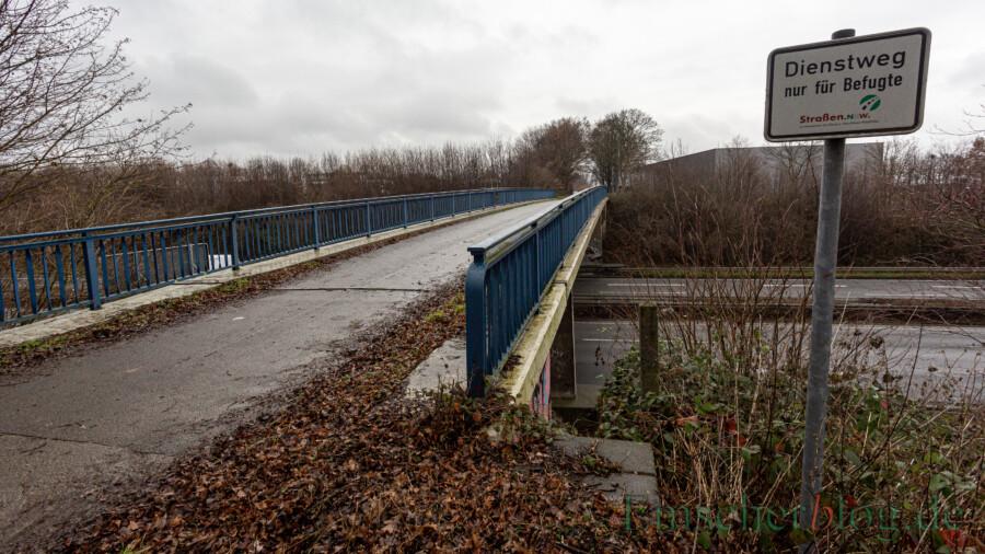 Im Zuge des sechsspurigen Ausbaus der B1 zur A40 wird die brücke mit dem Wirtschaftsweg zwischen Rausinger Straße und Eco Port ersatzlos abgerissen. (Foto: P. Gräber - Emscherblog)