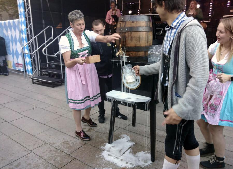 """Als preußisches Madel ist ein Fassanstich gar nicht so einfach: Bürgermeisterin Ulrike Drossel brauchte einige Schläge, bevor es dann endlich am Samstag hieß: """"O'zapft is'!"""" - zum ersten Holzwickeder Wies'nfest auf dem Marktplatz. (Foto: F. Brockbals - Emscherblog)"""