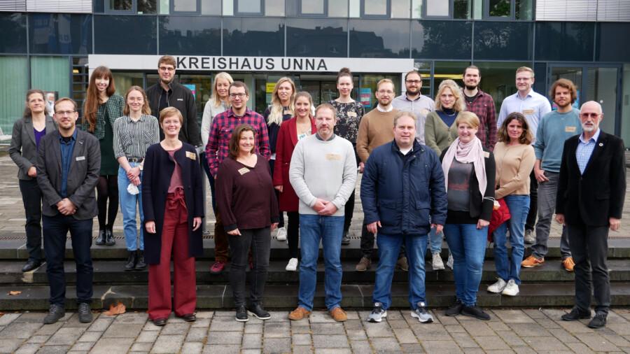 Klimaschutzmanagerinnen und -manager aus ganz NRW trafen sich jetzt zum Austausch im Kreishaus, wo sie von Kreis-Umweltdezernent Ludwig Holzbeck (re.) empfangen wurde. (Foto: Birgit Kalle - Kreis Unna)