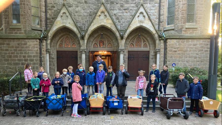 ine gute lange Tradition zum Erntedank:  Schülerinnen und Schüler der Dudenrothschule sammelten Lebensmittelspenden und brachten sie an zur Kirche am Markt. (Foto: privat)