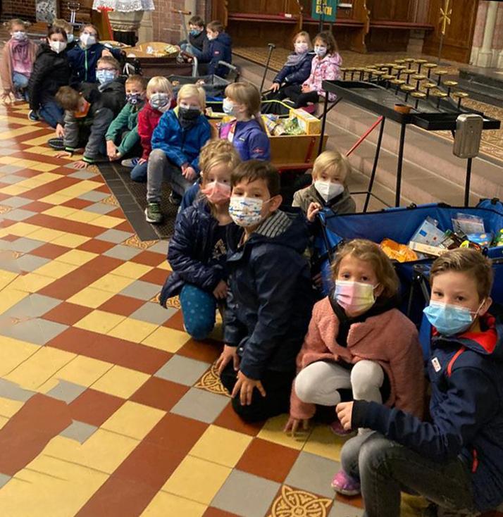 Die Kinder waren sehr stolz, dass sie so viele Lebensmittelspenden für die Tafel überbringen konnten.. (Foto: privat)